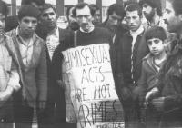 """""""Vincenzo Francone radicale e attivista omosessuale, indossa un cartello: """"""""homosexual acts are not crimes. FUORI"""""""" poco prima di essere arrestato dal"""