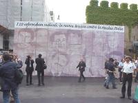 """Consegna delle firme sui 20 referendum alla Cassazione. Un tabellone con i volti dei rappresentanti del """"regime"""" (D'Antoni, Prodi, Bossi, Bertinotti,"""