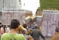 Consegna delle firme sui 20 referendum alla Cassazione. Un tabellone con i volti dei rappresentanti del regime (D'Antoni, Prodi, Bossi, Bertinotti, La