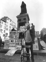 """""""Campo dei Fiori. Pannella parla ad un microfono posto su una sedia. Dietro statua di Giordano Bruno e una marea di cartelli: """"""""No ai sicari del Vatic"""