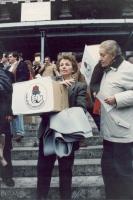 Cerimonia della consegna delle firme sui 9 referendum alla corte di Cassazione. Emma Bonino, a fianco di Laura Arconti, tiene in mano uno scatolone su