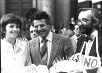 Emma Bonino, Gianluigi Melega e Marcello Crivellini, con una torta in mano, nel corso di una manifestazione radicale. Mezzobusto, bianco e nero. 3982