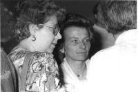 Piano medio di Emma Bonino, ritagliato fra i volti di alcuni di interlocutori, con un'espressione singolarmente intensa.