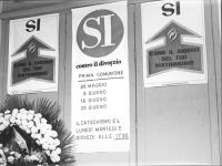 """""""Campagna referendaria sul divorzio. All'interno di locali della parrocchia di S.Espedito Martire a Palermo un manifesto rappresentante due fedi nuzia"""