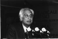 Ritratto di Marco Pannella, mentre interviene nel corso 36° congresso del Partito Radicale, II sessione. Mezzobusto, di tre quarti, bianco e nero. (10