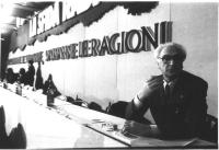 """Ritratto di Pannella, mezzobusto, in primo piano sullo sfondo del bandone del 32° congresso, II sessione (""""La sfida radicale). Bianco e nero. 15 copie"""