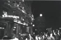 """""""Campagna referendaria sul divorzio. Festeggiamenti dal balcone de """"""""Il Messaggero"""""""" la notte della vittoria dei No al referendum. (BN) ottima, import"""