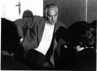 Marco Pannella in sciopero della sete da due giorni, contro l'esclusione del Partito Radicale dalle tribune politiche. Inquadrato all'altezza delle gi