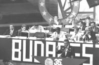 35° congresso PR. Bruno Zevi parla dalla tribuna. Dietro, sul palco: Dell'Alba, Negri, Guissou, Bonino, Pannella, Stango, Calderisi  (BN)