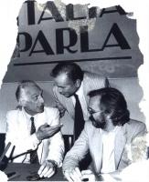 """Marco Pannella, Enzo Tortora e Marcello Crivellini, durante la registrazione della trasmissione  televisiva """"Italia parla"""". Bianco e nero."""