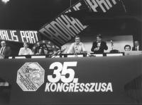 35° congresso PR. Vista del palco con logo PR e Strik Lievers, Bonino, Di Lascia, Vigevano, Teodori, Stango, Andreani. (BN) ottima