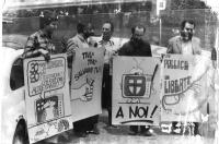 Manifestazione contro la televisione. Primo a sinistra, Aurelio Candido. I manifestanti reggono cartelloni su cui si vedono le seguenti vignette: un a