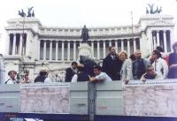 Manifestazione di consegna delle firme alla Corte di Cassazione. Un camion con un ampio vano posteriore scoperto, che ospita un'orchestrina insieme ad