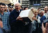 Cerimonia di consegna firme sui 20 referendum alla Corte di Cassazione. Emma Bonino e Marco Pannella, giunti alla Corte, trasportano a mano i pacchi c