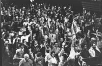 35° congresso PR. Vista della platea, i congressisti alzano i cartellini per votare. (BN)