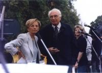 Cerimonia di consegna firme sui 20 referendum alla Corte di Cassazione. Comizio di Emma Bonino e Marco Pannella a porta Pia, sul camioncino che li con