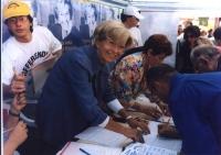 Emma Bonino raccoglie le firme sui 20 referendum a un tavolo presso piazza di Spagna a Roma. Altre su carta,
