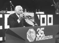 35° congresso PR. Pannella parla dalla tribuna. Primo piano. (BN)