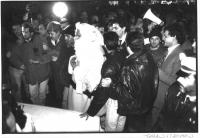 Pannella, vestito da Babbo Natale, viene arrestato e condotto alla macchina della polizia, dopo aver distribuito bustine di cannabis alla folla, a pia