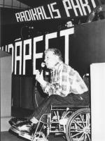 35° congresso PR. Bruno Tescari sulla sedia a rotelle parla da sotto la tribuna (BN)