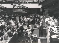 35° congresso PR. Stanzani parla dalla tribuna. Larga, con vista dall'alto della platea (BN) buona