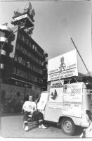 René Andreani, di fronte alla sede della Rai, accanto a un camioncino ricoperto di manifesti. Un manifesto preannuncia la marcia di Pasqua per tre mil