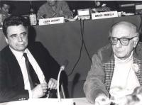 Il segretario del PCI Achille Occhetto siede con Stanzani prima di prendere la parola ad un consiglio federale del PR. (BN) Nelle altre Bordon, Mussi,
