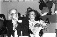 Durante un congresso radicale, sulla tribuna, Sergio Stanzani plaudente ed Emma Bonino con un bouquet di rose in mano. Bianco e nero.