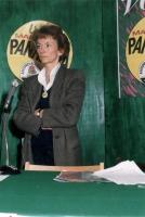Ritratto di Emma Bonino (piano americano, a colori), in piedi davanti al microfono. Dietro di lei il logos: lista Marco Pannella, antiproibizionisti s
