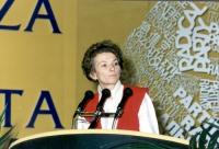 Ritratto di Emma Bonino, a mezzo busto, mentre interviene alla tribuna nel corso del Quarto Congresso Italiano del Partito Radicale.