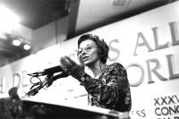 Ritratto di Emma Bonino, dal basso, di tre quarti, mentre parla al microfono, nel corso della I sessione del XXXVI Congresso del Pr. Bianco e nero.