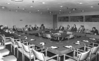 Bonino, Perez de Cuellar, Tomac, Busdachin e altri siedono in una tavola rotonda all'ONU.  (BN)