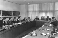 Bonino, Perez de Cuellar, Tomac, e altri siedono in una tavola rotonda all'ONU.  (BN)