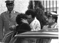 Franco De Cataldo abbraccia Emma Bonino (di spalle), subito dopo l'arresto di quest'ultima in quanto collaboratrice del CISA.