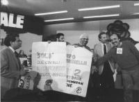 """""""32° congresso PR I sessione. Semenzato ed altri contestatori con cartelli: """"""""solo due centrali nucleari: il compromesso Bodrato-Pannella. DP"""""""" (BN)"""""""