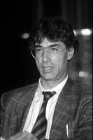 Ritratto di Umberto Bossi, frontale, busto intero. Bianco e nero.