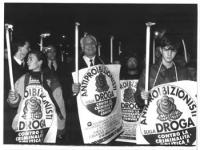 Fiaccolata antiproibizionista. Al centro della foto, Pannella: fiaccola in mano;  un manifesto con il simbolo degli Antiproibizionisti sulla droga, al