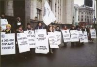 Manifestazione di radicali russi davanti al parlamento russo, a sostegno di una legge che consenta il servizio civile in alternativa al servizio milit