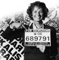 """Campagna per i 30.000 iscritti al Pr. Emma Bonino, sorridente, addita il cartello (che indossa): """"Per iscrizioni, 06689791 - Carta di credito, vaglia"""
