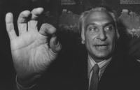 Pannella mostra un pezzetto di hashish durante una conferenza stampa nella sede di Torre Argentina 18. Obiettivo di Pannella era costringere le forze