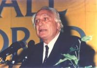 Marco Pannella nel corso del 36° Congresso, I sessione. Ritratto a mezzo busto, sulla tribuna, davanti al microfono. Colori. (11 copie)