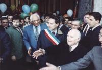 Marcia di Pasqua '94. Il presidente della Repubblica Scalfaro stringe la mano al sindaco di Sarajevo Kresevljakovic. Pannella e Rutelli con fascia tri