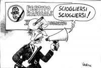 """VIGNETTA Marco Pannella, in veste di celerino, intima con l'altoparlante: """"Sciogliersi sciogliersi!"""". Sullo sfondo, il banner del XXXII Congresso del"""