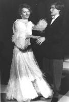 """Emma Bonino, in un costume da ballo, nel corso di una trasmissione televisiva (""""Premiatissima"""" con Johnny Dorelli), per la campagna di iscrizioni al P"""