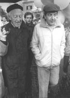marcia di Pasqua '83. Teodori e Hannes Halfven (Premio Nobel per la fisica nel 1970) ) marciano insieme sotto la pioggia (BN)