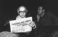 """""""Stanzani seduto ha in mano un giornale radicale con su scritto: """"""""Settimo non rubare Ma per molti partiti non vale. Mandali all'inferno"""""""" (BN) (Ottim"""