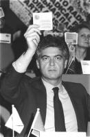 """""""Claudio Martelli, seduto alla presidenza del 36° congresso PR II sessione alza il cartellino per votare con su scritto""""""""iscritto"""""""". (BN) buona"""""""
