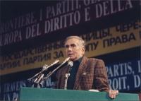 Enzo Tortora parla alla tribuna del 34° congresso PR. Dietro, banner in varie lingue. (è l'ultimo congresso cui ha partecipato Tortora). 453 bis