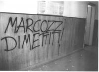 """Sul muro della sede dell'Agenzia per la tossicodipendenza del Comune di Roma, si legge: """"Marcozzi dimettiti!"""". La fotografia si riferisce all'intrusio"""
