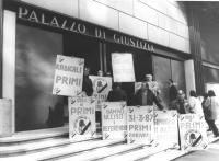 """""""Presentazione liste elettorali. Veglia davanti al tribunale per avere il primo posto sulla scheda. Renè Andreani e altri militanti con cartelli: """"""""ra"""
